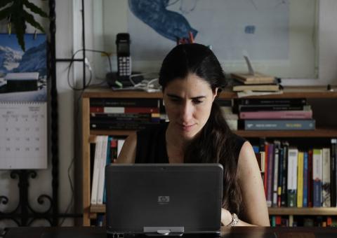 Mujer trabajando desde casa.
