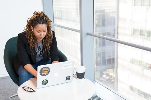 mujer trabajando en ordenador. Freelance