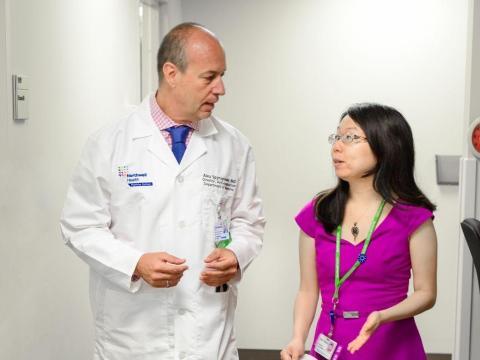 El Dr. Alex Spyropoulos de Northwell Health con un colega.