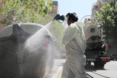Un operario desinfecta las calles de Barcelona en medio de la pandemia del coronavirus