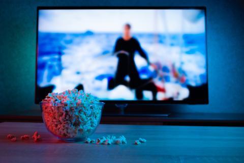 Palomitas delante de una televisión