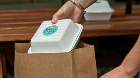 Paquete de comida a domicilio.