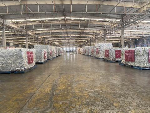 Paquetes en un carguero preparados para ser enviados y en los que se incluyen las 300.000 mascarillas donadas por Inditex.