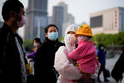 Para evitar posibles contagios todo el mundo lleva mascarillas en Wuhan.