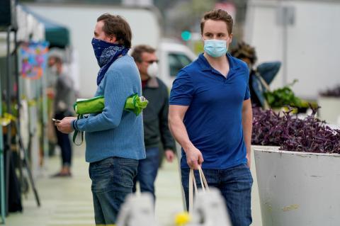 Personas usando mascarillas durante el brote de coronavirus en Los Ángeles, California, (EEUU) el 4 de abril de 2020.