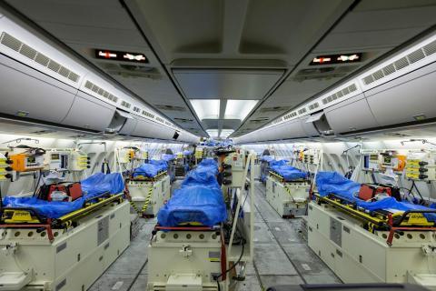 """El interior del Airbus A310 """"Medevac"""" en Colonia, Alemania, antes de su partida a Bérgamo el 28 de marzo."""