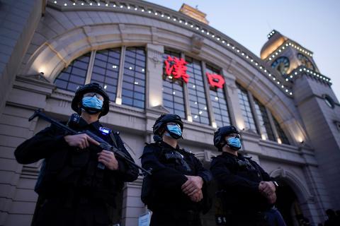 Las fuerzas policiales se encargan de que exista cierto control en el tránsito de los habitantes de Wuhan.