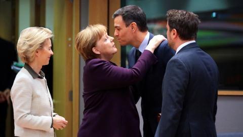 La presidenta de la Comisión Europea, Ursula von der Leyen, la canciller alemana, Angela Merkel, el presidente español, Pedro Sánchez, y el primer ministro luxemburgués, Xavier Bettel.