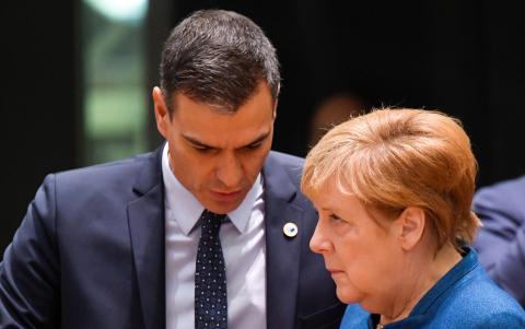 El presidente español Pedro Sánchez y la canciller alemana Angela Merkel conversan durante una cumbre europea