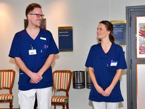 La princesa Sofía (derecha) con un enfermero en el hospital Sophiahemmet en Estocolmo.