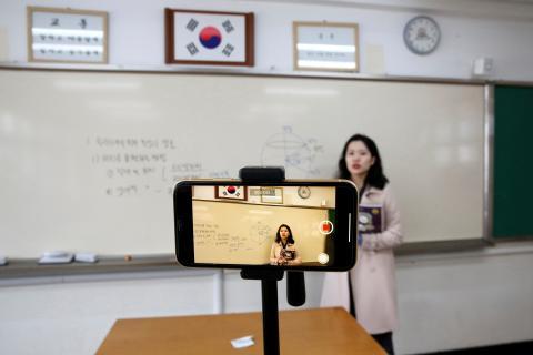 Las clases se han retomado en escuelas e institutos pero sin alumnos; algunos profesores acuden para grabar en vídeo las lecciones.