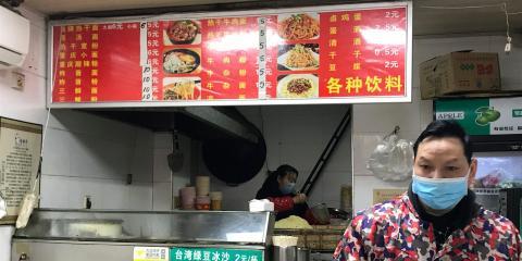 Una tienda de noodles recientemente reabierta en Wuhan.