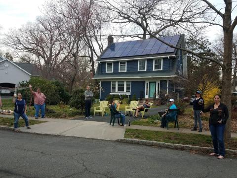 Los residentes de South Orange, New Jersey, EEUU, hacen una fiesta de distanciamiento social al aire libre mientras permanecen a los 2 metros recomendados de distancia, durante el brote de COVID-19, el 20 de marzo de 2020.