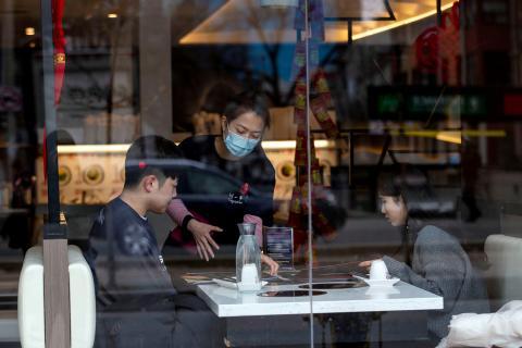 Clientes en un restaurante en el centro de Toronto, Canadá, el 28 de enero de 2020.