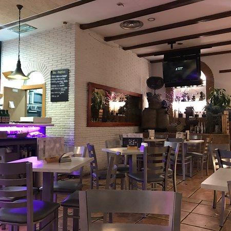 Una fotografía del restaurante Jacaranda con las mesas vacías.