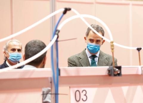 El Rey de España Felipe VI visita un hospital militar instalado en el centro de conferencias IFEMA.