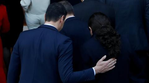 El presidente Pedro Sánchez y el vicepresidente Pablo Iglesias, al hacerse la foto de familia del primer Gobierno de coalición.