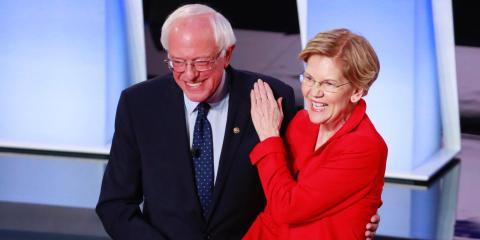 Los senadores demócratas, Bernie Sanders y Elizabeth Warren se dan la mano antes del inicio de la primera noche del segundo debate presidencial demócrata del 2020 en Detroit, Michigan, el 30 de julio de 2019.