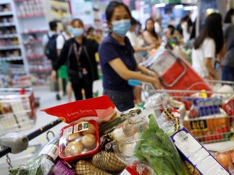 Un carrito de la compra lleno de verduras en Singapur.