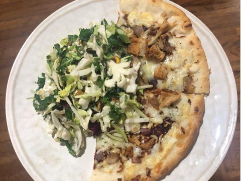 Una pizza congelada, combinada con una ensalada fresca, puede ser una comida fácil, reconfortante y nutritiva.