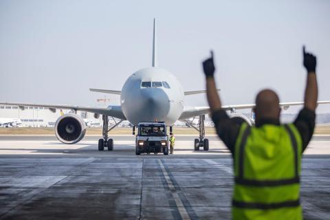 """El Airbus A310 """"Medevac"""" con pacientes de Bérgamo con coronavirus que llegaron a Colonia, Alemania, el 28 de marzo."""