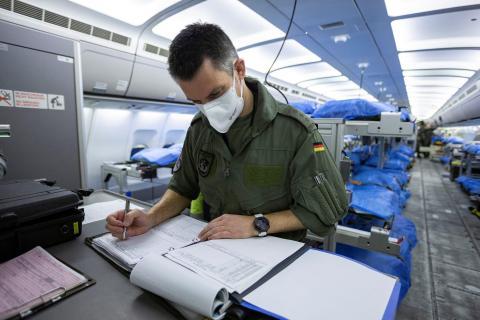 """Personal de las fuerzas aérea alemanas en el Airbus A310 """"Medevac"""" en Colonia, Alemania, antes de su partida a Bérgamo el 28 de marzo."""