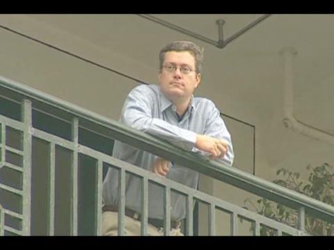 El autor, Porter Erisman, en el balcón de su apartamento mientras estaba en cuarentena durante el SARS.