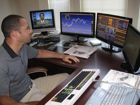 Trader analizando acciones y la cotización de la bolsa (Mercados)