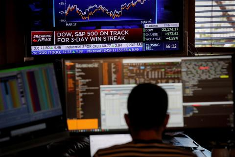 Trader operando con su terminal.