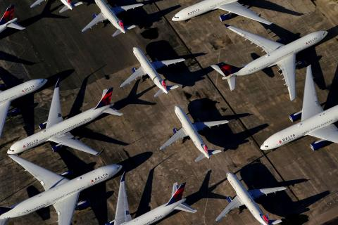 Varios aviones en fila