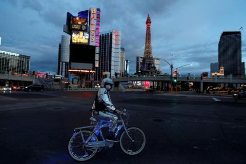 Un hombre pasea con su bici por las calles de Las Vegas (Estados Unidos) durante la pandemia de coronavirus