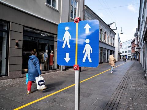 Una franja amarilla pintada en medio de una calle peatonal en Aalborg, Dinamarca, 4 de mayo de 2020.