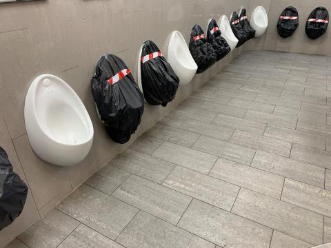 Urinarios preparados para mantener el distanciamiento social en la autopista M20 en Maidstone, Gran Bretaña, el 26 de marzo de 2020.