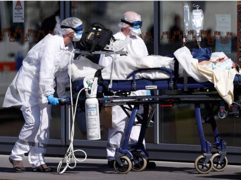 El equipo de rescate francés de SMUR con trajes protectores lleva a un paciente al hospital de la Universidad de Estrasburgo mientras Francia enfrenta una progresión agresiva de la enfermedad por coronavirus (COVID-19), 16 de marzo de 2020.