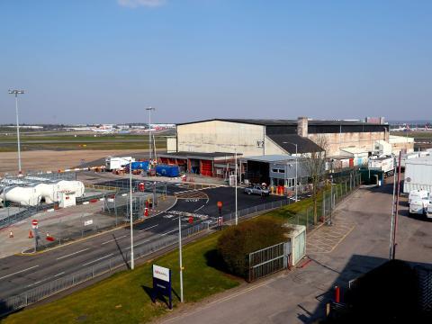 El aeropuerto de Birmingham en Inglaterra ofrece el uso de uno de sus hangares para ser usado como morgue.