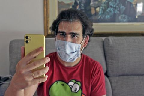 Carlos Ferrer-Bonsoms, desbloqueando su iPhone con la mascarilla puesta.