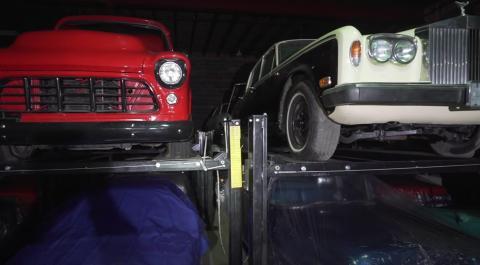 Chevrolet 1955, izquierda, y Rolls-Royce, derecha.