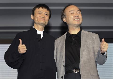 El CEO de Alibaba, Jack Ma, y Son, durante una conferencia de prensa en Hangzhou, en la provincia china de Zhejiang, el 10 de mayo de 2010.