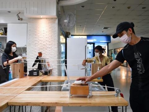 Un hombre recibe un café en Bangkok, Tailandia, el 20 de marzo de 2020.