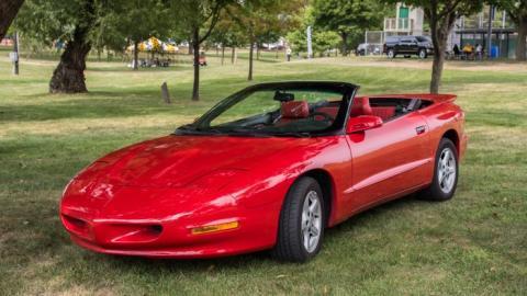 Compró a sus hermanos un Pontiac Firebird Trans Ams, aunque el vehículo exacto no es el de la foto.