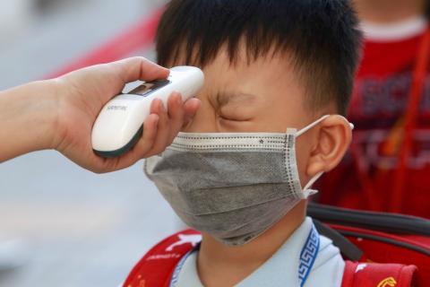 Un control de temperatura a un niño en plena pandemia del coronavirus