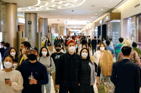 La gente camina por un centro comercial en en Seúl, Corea del Sur, el 30 de abril de 2020.