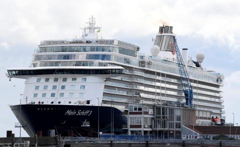 Un crucero de TUI con casi 3.000 trabajadores a bordo en el puerto de Cuxhaven, Alemania, en mayo de 2020.