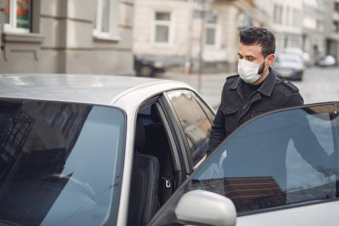 Mascarilla en el coche contra el coronavirus