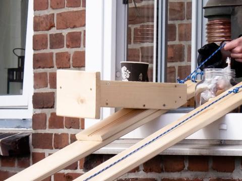 Un trabajador le entrega a un cliente su café con esta herramienta.