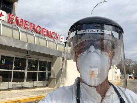 El doctor Ed Kuffner a las afueras de la sala de emergencias de NYC Health + Hospitals/Coney Island.