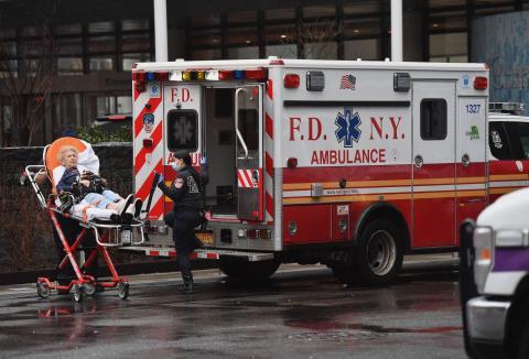 Una persona mayor es ingresada en el hospital NYU Langone Health Center el 23 de marzo de 2020 en la ciudad de Nueva York.
