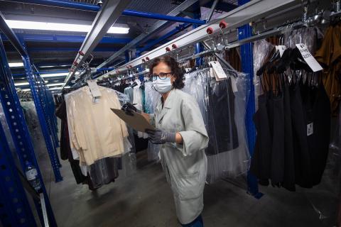 Una empleada en un almacén de Adolfo Domínguez