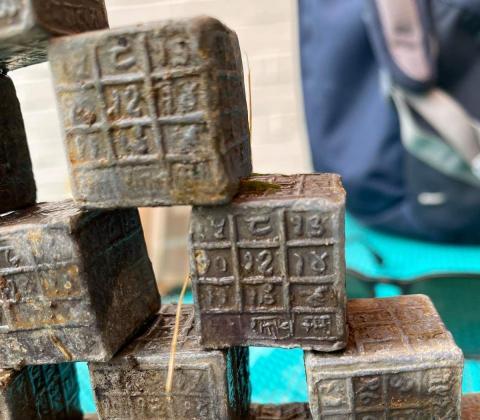 Encuentra 60 bloques de plomo llenos de extrañas inscripciones en el fondo de un río, y nadie sabe lo que son