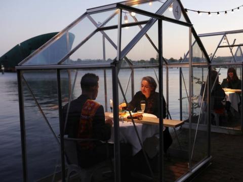 El restaurante, especializado en comida vegana, sirvió un menú de 4 platos como prueba antes de abrir completamente el 21 de mayo.